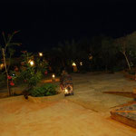 中庭にも明かりが灯って食事の時間。