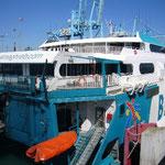 フェリー乗り場に着きました。今度は順調に切符を購入。出国手続きをして乗船。
