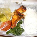 ランチは鶏のグリル、野菜炒め、スープ