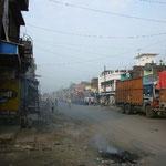 インドに出ました。ここでもネパール行きのトラックが通関待ちで全く動かず。