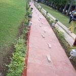 ガンジーの最後の足跡が、ベッドルームから庭へと続きます。