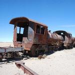 ツアーに出発!まずはなぜか列車墓場から。廃車になった機関車が捨てられている場所です。