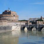 これがサンタンジェロ橋とサンタンジェロ城です。