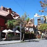 日本大使館がある地区。おしゃれなカフェやレストランが並びます。