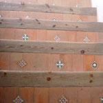 階段にかわいらしいタイルが貼ってあります。