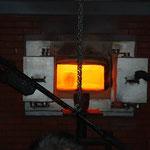 熱い窯が開いて、壷のようなものを取り出します。