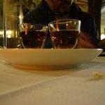 雨の夜に外のテーブルでディナー。甘いリキュールをサービスしてもらっちゃった。