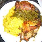 時間を掛けて煮込んだ鶏肉。フォークを刺すと、肉がほろりと崩れます。