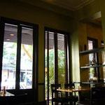 カフェもいい感じ。ここはムスリムの人が多い通りなので、お酒はありません。