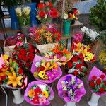 サン・ジョセップ市場に向かう道にはたくさんのお花屋さんが並びます。戦争中も、それは絶えることがなかったとか。