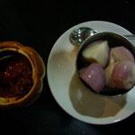 お口直しの漬物のような役割の玉ねぎ。右は辛いお味噌のようなタレ。玉ねぎに付けて食べます。