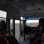 バスに乗って飛行機まで。