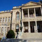 宮殿正面。右半分は補修工事中。