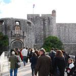 城内に行く人の列。あれ?みんな観光客ってこと?