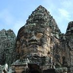 カンボジア/アンコールワット遺跡群に通じる巨大な門の上にも顔が。