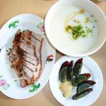 クアラルンプール「龍記」のロースト豚肉と白粥(ピータンはお通し)。このお粥、絶品です!