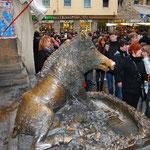 これもニセモノの猪ですが、本物以上に人気者!ちなみに本物はウッフツィ美術館にあります。