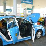 なぜ客を乗せて給油???な、謎のタクシー。。。