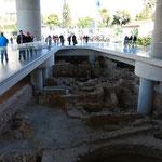 アクロポリス博物館のエントランス。こんな風に城壁の真上に建っています。