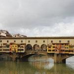 フィレンツェといえば、ベッキオ橋。金を買うかカメオを買うか、迷っちゃう~(うそ)