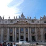 やってきました。ヴァチカンです!正面がサン・ピエトロ大聖堂です!