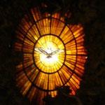 祭壇の奥に見える、中央のステンドグラス。これも装飾と色彩が極力抑えてあるのがいいのです。