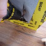 Wände an Boden (und oben an der Unterseite der Loft) mit Schrauben fixieren