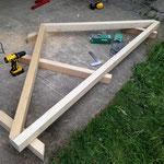 Der Rahmen ist fertig, nun müssen wir schauen, wie wir die Balken dazwischen passend zuschneiden können. Dafür erhöhen wir den Rahmen, legen Balken drunter und zeichnen einfach ein, wo wir sägen müssen