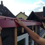 Frontbleche werden unter das Dachblech geschoben