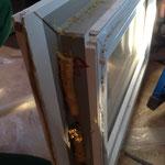 Schaumreste vom letzten Einbau mussten wir mit dem Cutter abschneiden