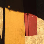 Schwedische Schlammfarben auf Fichtenholz, daraus soll meine Fassade bestehen. Nur: Welche Farbe? Hier mal das schlammschwedische Ockergelb und das klassische Schwedenrot