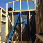 Das Dachdreieck bei der Loft wird mit vielen 14cm/6mm-Schrauben montiert
