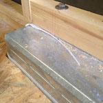 Die überstehenden Randstreifen mit dem Cutter abtrennen + Radkasten von Staub befreien