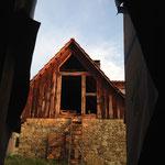Schöne Aussicht durch den Tiny-House-Eingang am Morgen