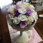 白と紫濃淡のプリザーブドラウンドブーケ