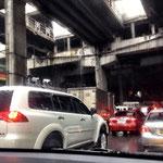 Unterführung bei Megamall - von der MRT Station störmt das Wasser wie aus Kübeln