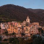 Corniglia , le seul village des Cinque sans accès direct sur la mer. Pour aller sur les rochers, en bas du village, on doit descendre 380 marches et ... les remonter !