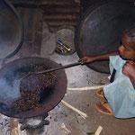 Une fillette grille le café dans sa maison , ensuite je le dégusterai. Dila