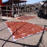 Petit marchévers Dila, vente de piments