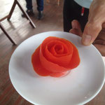 Pomodoro intagliato a forma di rosa