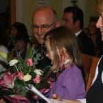 Nina Feichtlbauer bekam einen Strauß Blumen.