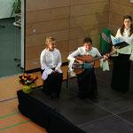 """Christine Kowald mit Ihrer Gitarre... Begleitung zu """"Über den Wolken"""""""