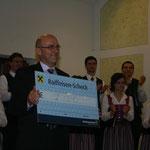 Und Ihr Vater Franz Feichtlbauer einen symbolischen Scheck mit dem Reinerlös unseres Konzertes in Bad Schallerbach.