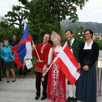 Diana Pühringer und Helmut Schachner zusammen mit Vertretern eines russischen Chores.