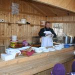 Hier gab es Putenfrankfurter, Kalbsbratwürstl, Bosna mit Kalbsbratwürstl, Essigkraut und selbstgemachte Weckerl.
