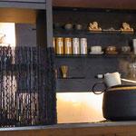 カウンター内 茶釜で淹れる日本茶と珈琲をお楽しみください。