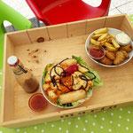 Fischknusperli & Pommer, Salatmit Frühlingsrolle