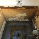 タンクの上部破損の長期放置による内部汚染。