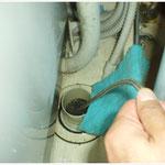 洗濯機置き場の排水口から床下排水管までを洗浄。