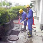 外マスの排水管及び集合住宅の場合は立管を洗浄。